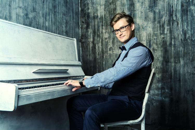 Pop piano player
