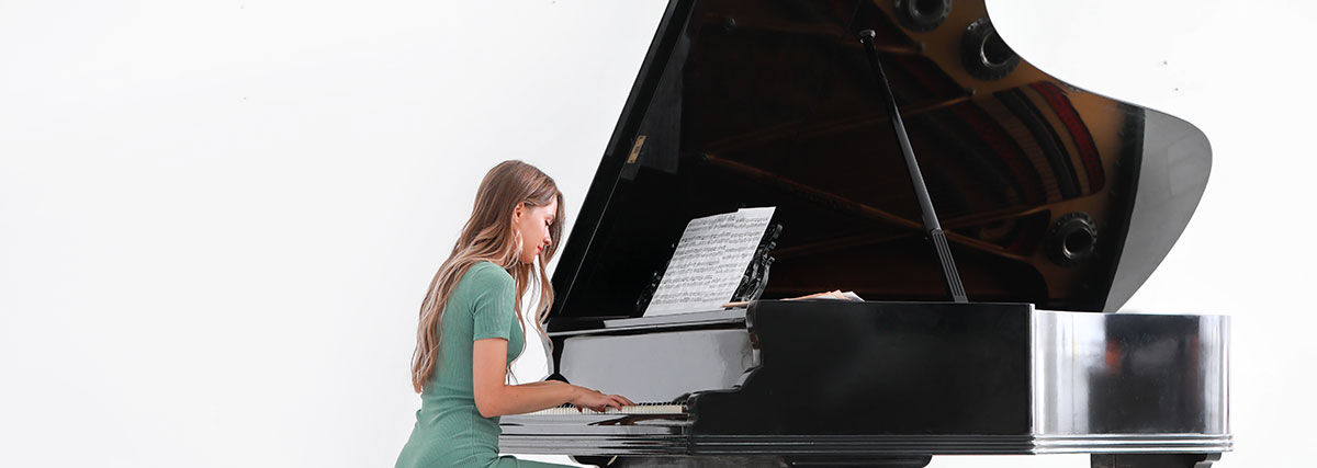 woman-in-turquoise-playing-the-piano