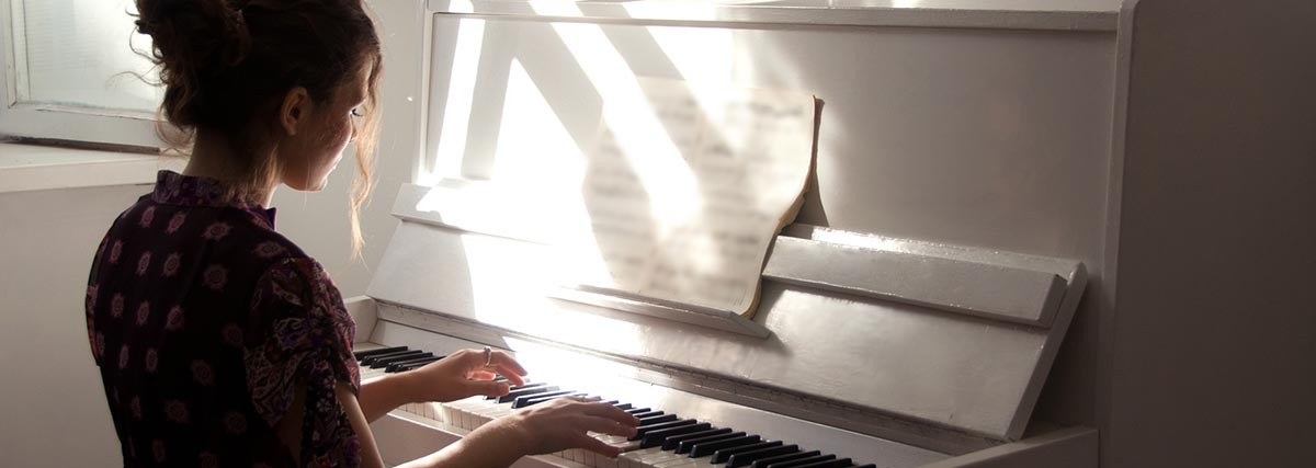 woman-practicing-the-piano