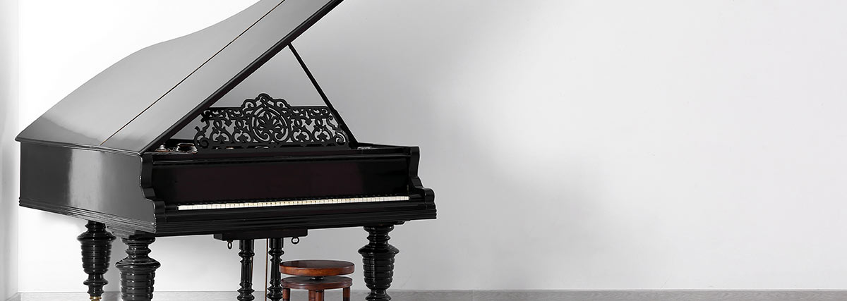 elegant-piano-inside-the-white-room