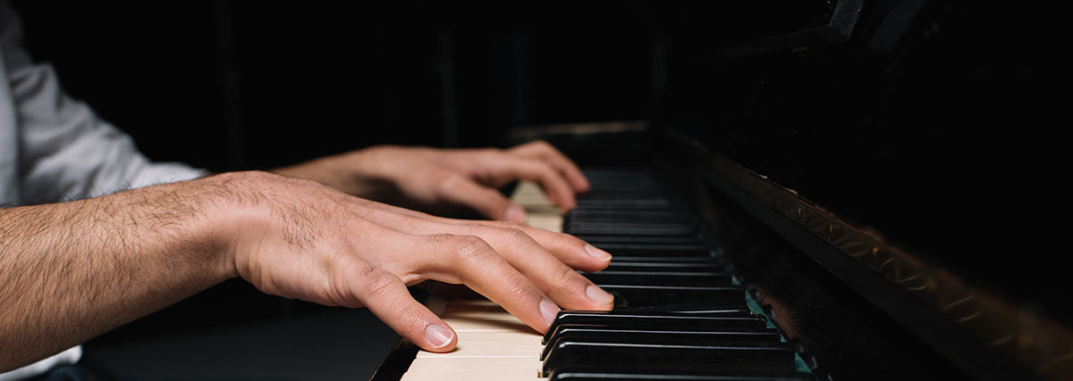 male-hands-pressing-the-piano-keys