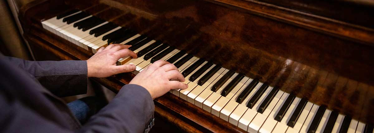 piano player on the grand piano